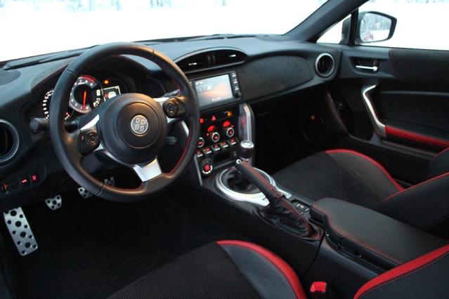 Le cockpit et la position de conduite sont orientés sport.