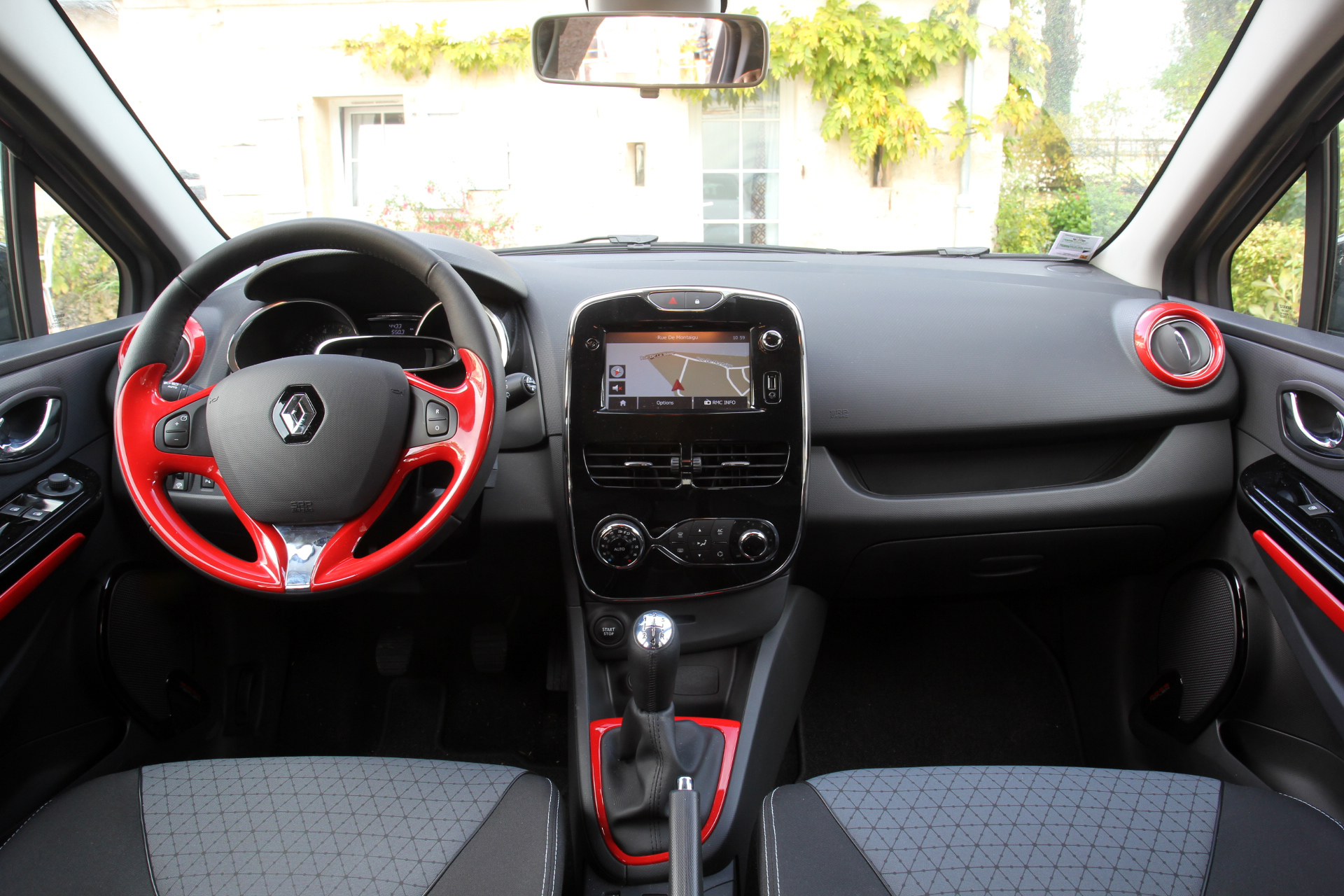 comparatif vid o peugeot 208 renault clio vw polo supr matie en jeu. Black Bedroom Furniture Sets. Home Design Ideas