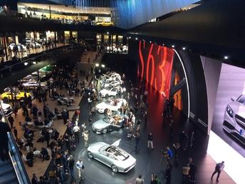Chez Mercedes, les voitures sont exposées sur trois étages!