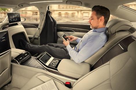 La surface au dos du siège passager avant masse les pieds.