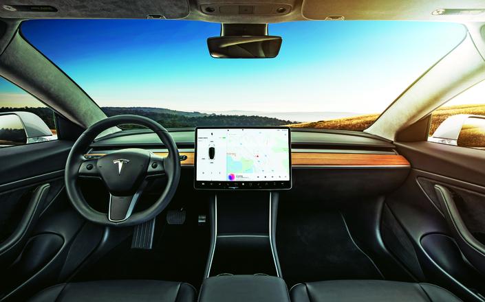 Un volant, deux pédales, un grand écran, et c'est tout: le tableau de bord de la Tesla Model 3 marque une rupture avec les codes habituels de l'automobile.