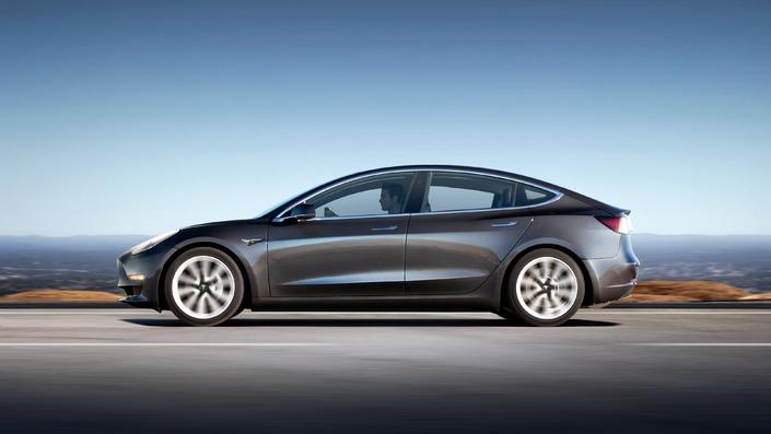 Longue de 4,70 m, la Tesla Model 3 boxe dans la catégorie des familiales premium type BMW Série 3. Mais l'Américaine se montre nettement plus spacieuse.
