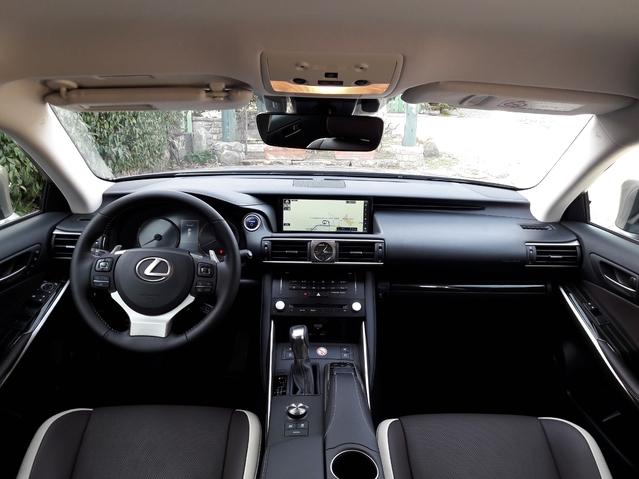 La planche de bord présente un dessin auquel on n'est pas forcément habitué. C'est original et finalement plaisant. La qualité de finition est élevée, on est au niveau de Mercedes ou de BMW, encore un effort, et Audi sera à portée.