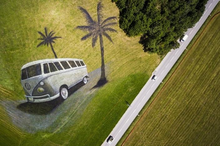 """Suisse : un """"land art"""" à l'effigie du Volkswagen Combi"""