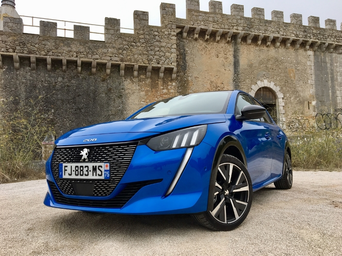 Une Peugeot 208 BlueHDI 100 ch, c'est 250 Nm de couple, 4,1 l/100 km de consommation moyenne et 108 g/km de CO2 (norme WLTP). Des chiffres qui auraient fait saliver n'importe qui il y a dix ans, quand la France et ses voisins européens s'enivraient au gazole.