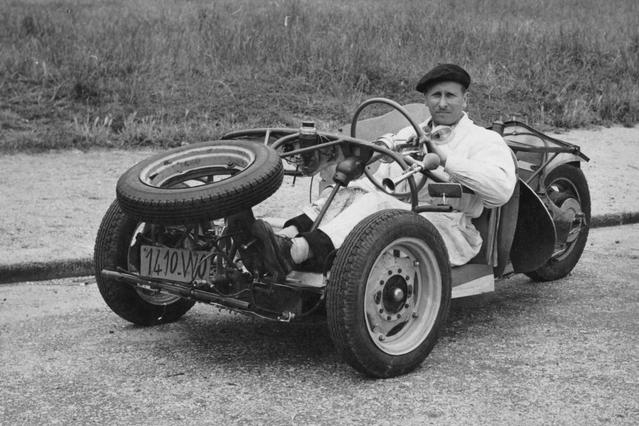 Trois roues, châssis tubulaire et moteur de moto: Victor Bouffort (ici au volant) avait créé un prototype de sportive minimaliste.