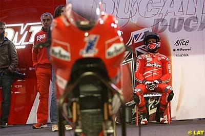 Moto GP - Qatar D.2: Stoner et Lorenzo toujours. Rossi arrive