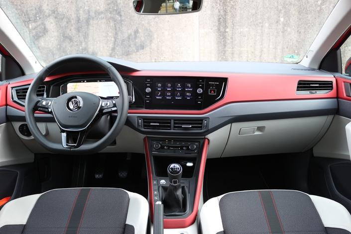 La planche de bord peut être personnaliséeavec des placages spécifiques couleur carrosserie.