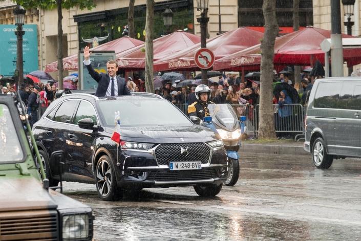 Après la DS7 Crossback présidentielle utilisée lors de l'investiture, l'Elysée a opté pour une Peugeot 5008. Pas de Renault à l'horizon...