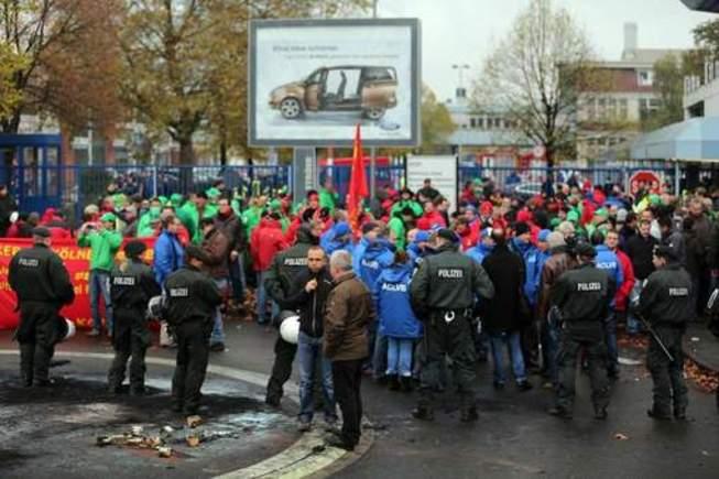 Une manifestation dégénère devant le siège de Ford à Cologne