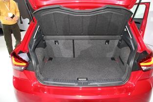 Le coffre obtient le volume record de la catégorie avec 355 litres (à égalité avec la Suzuki Baleno). C'est tout simplement autant que certaines compactes.