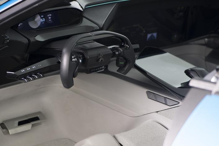 En mode autonome, le volant et les commandes se rétractent dans la planche de bord.