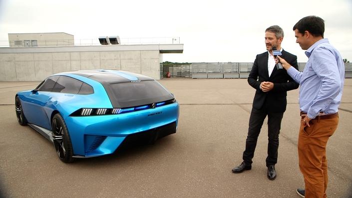 Gilles Vidal, Directeur du style Peugeot, a répondu aux questions de Caradisiac. Les prises de vues ont été réalisées sur le toit de l'ADN, le bâtiment ultra-sécurisé de PSA à Vélizy où se dessine - au sens propre - l'avenir des productions du groupe.