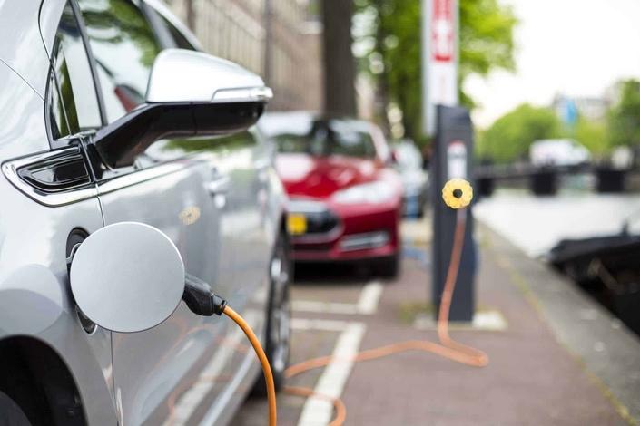 Enquête - E85, électrique, hybride, etc.: comment vivre avec un carburant cher?