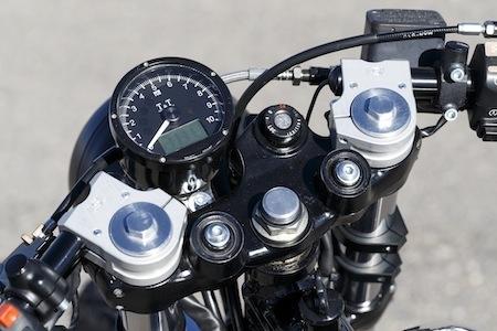 Reportage: Louis-Moto revisite le Honda Dominator avec une prépa façon Café Racer