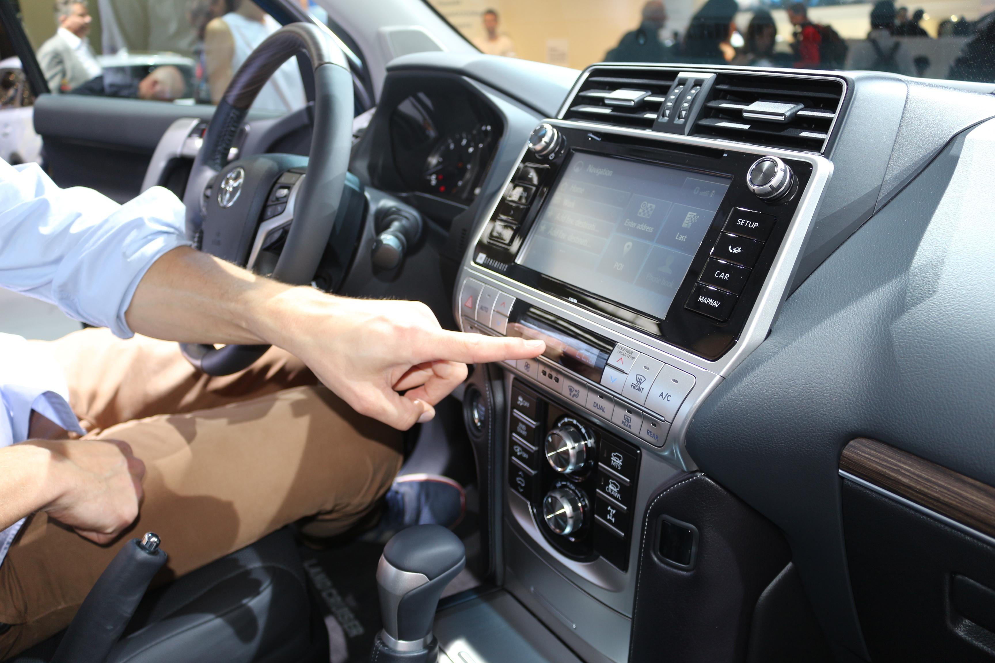 Toyota Land Cruiser Limmuable Vido En Direct Du Salon De 2018 Laffichage Lheure Numrique Faon Annes 90