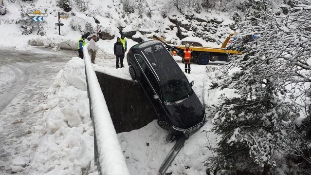 Neige en Provence: un Audi Q7 se retrouve suspendu dans le vide au-dessus d'une rivière