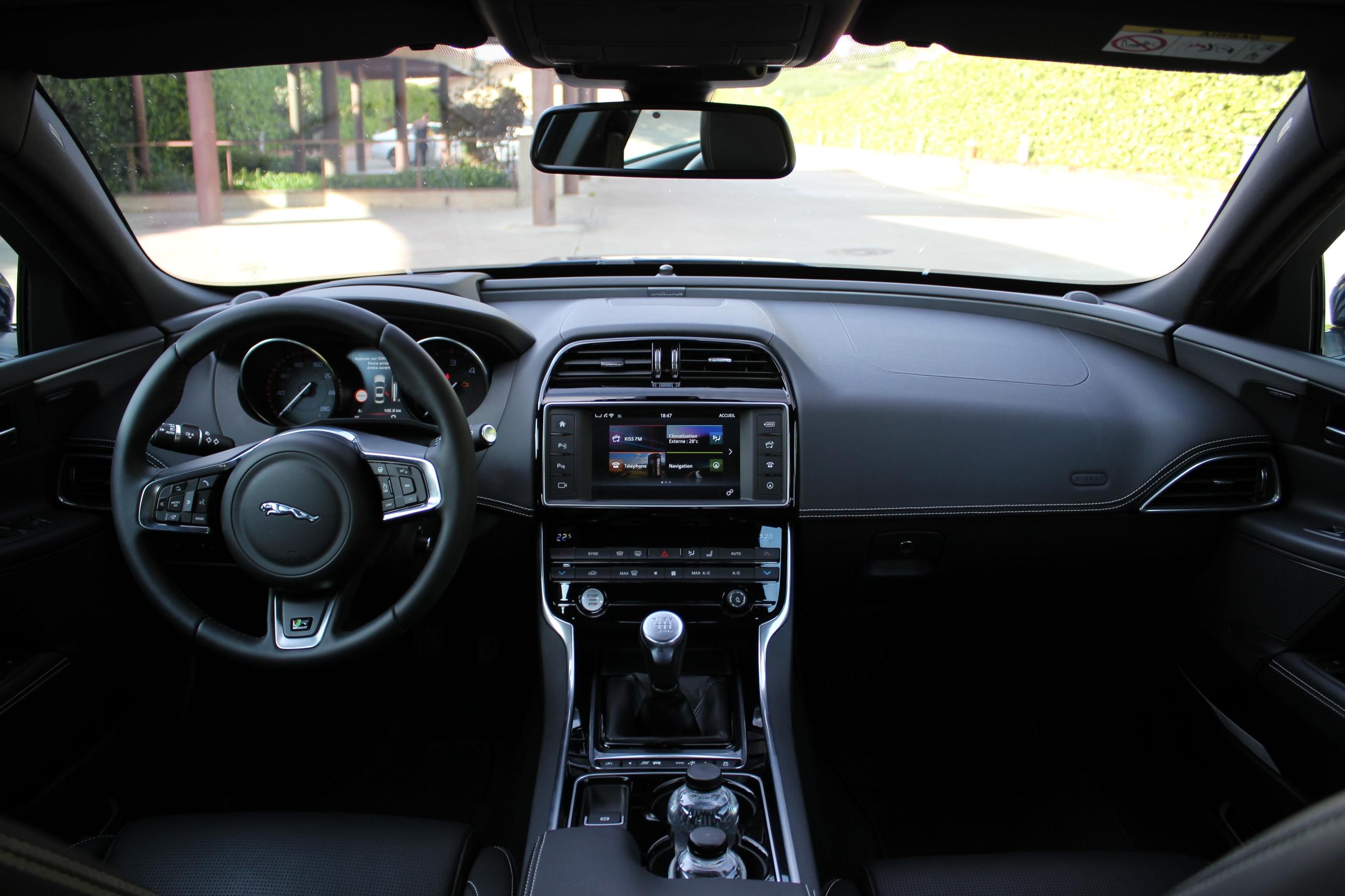 Essai vid o jaguar xe toutes griffes dehors for Interieur sport