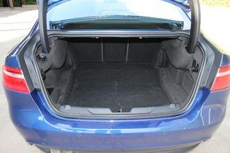 Le volume de coffre est assez faible pour la catégorie: 455 litres. Il est de plus alambiqué avec des marches au fond et sur les côtés.