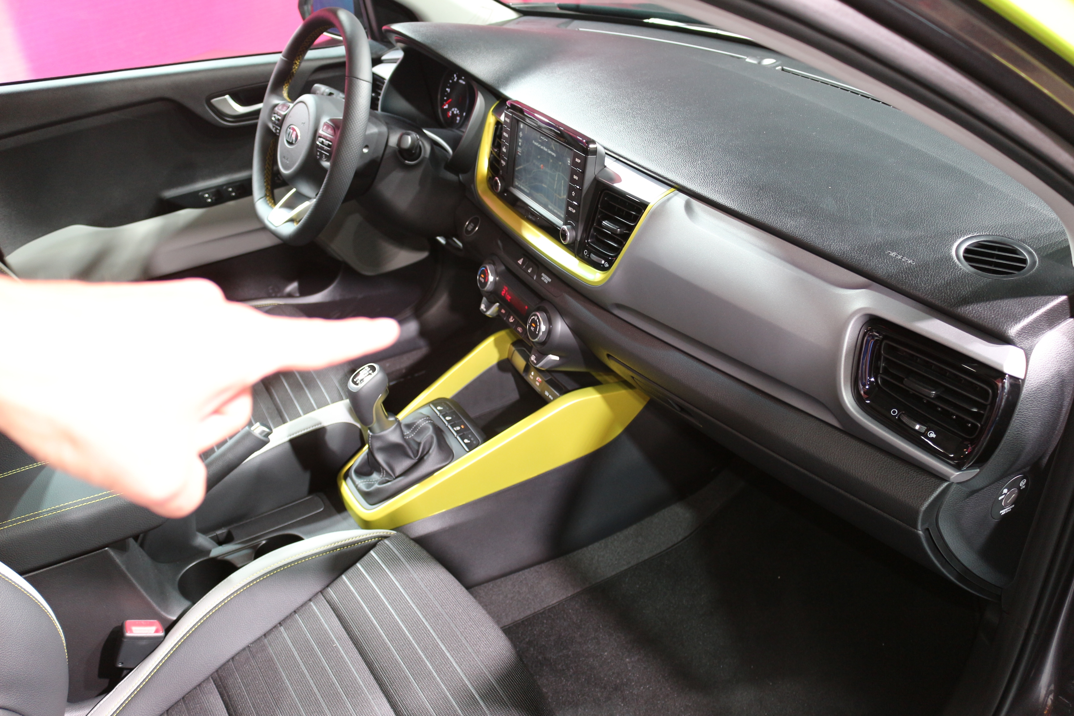 Kia stonic le suv des djeun 39 s vid o en direct du salon for Interieur kia stonic