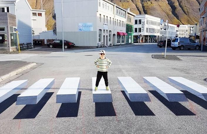 Les passages piétons en 3D, qui commencent à apparaître dans certaines municipalités, sont des nudges au double effet bénéfique: ils incitent les automobilistes à ralentir, et les piétons à les emprunter pour traverser une rue.