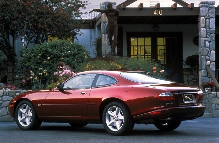 Grande fluidité de lignes pour la Jaguar XK8, ici en 1996. En 1997, elle reçoit des capteurs de pluie et de luminosité.