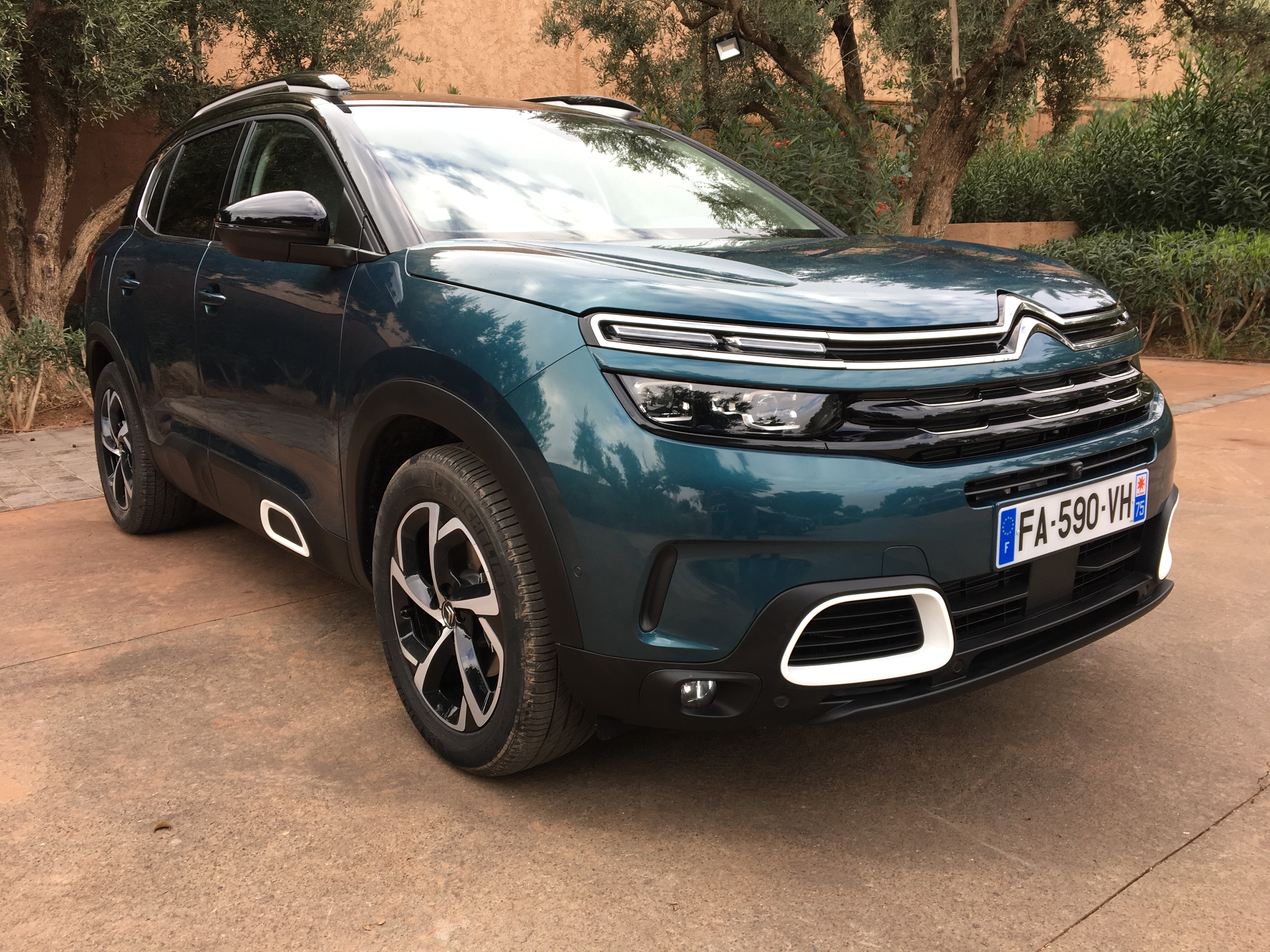 comparatif vid o citro n c5 aircross vs volkswagen tiguan premier duel du suv aux chevrons. Black Bedroom Furniture Sets. Home Design Ideas