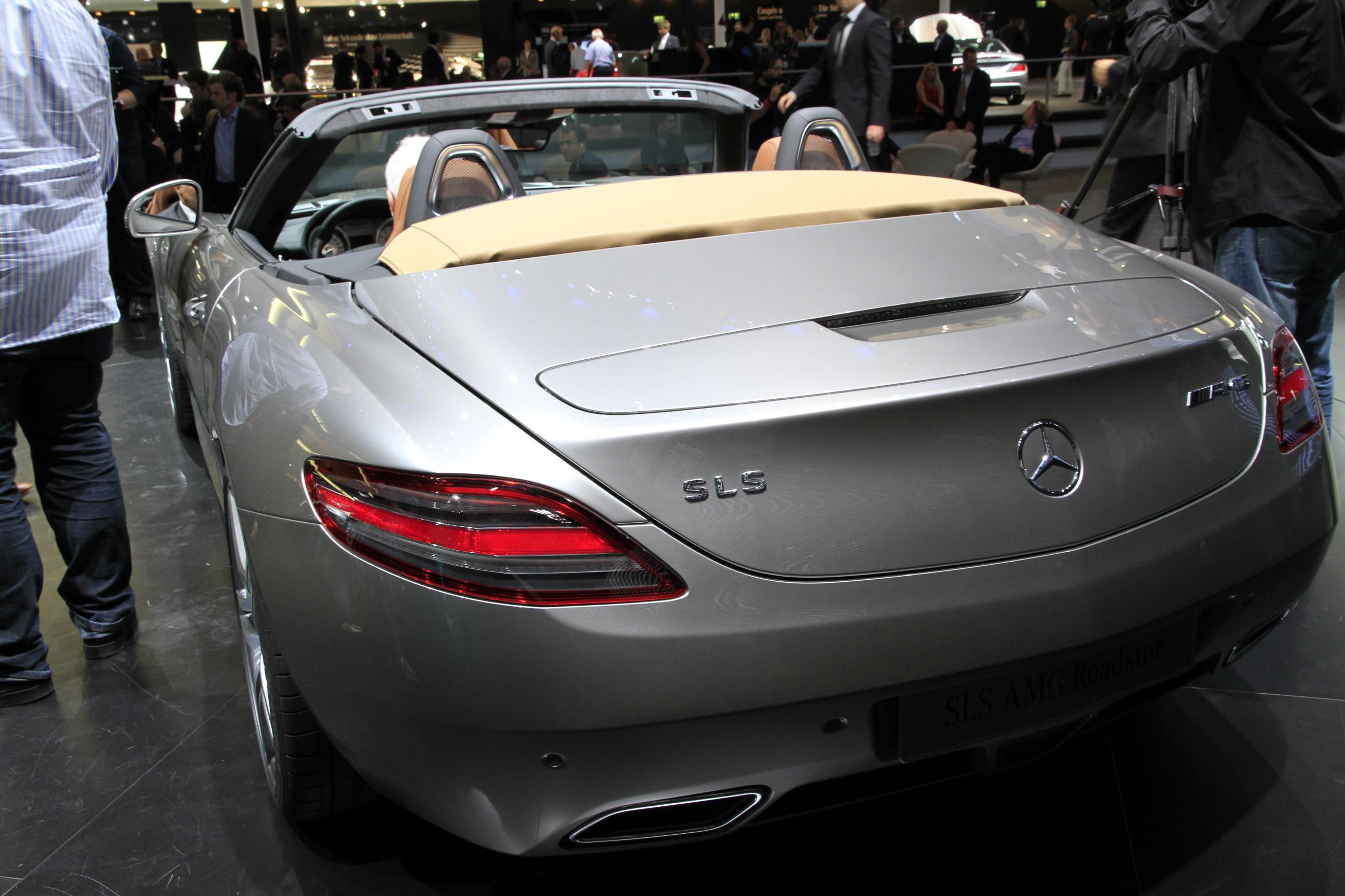 http://images.caradisiac.com/images/2/5/3/4/72534/S0-En-direct-du-salon-de-Francfort-2011-Mercedes-SLS-AMG-Roadster-le-papillon-s-est-envole-238403.jpg