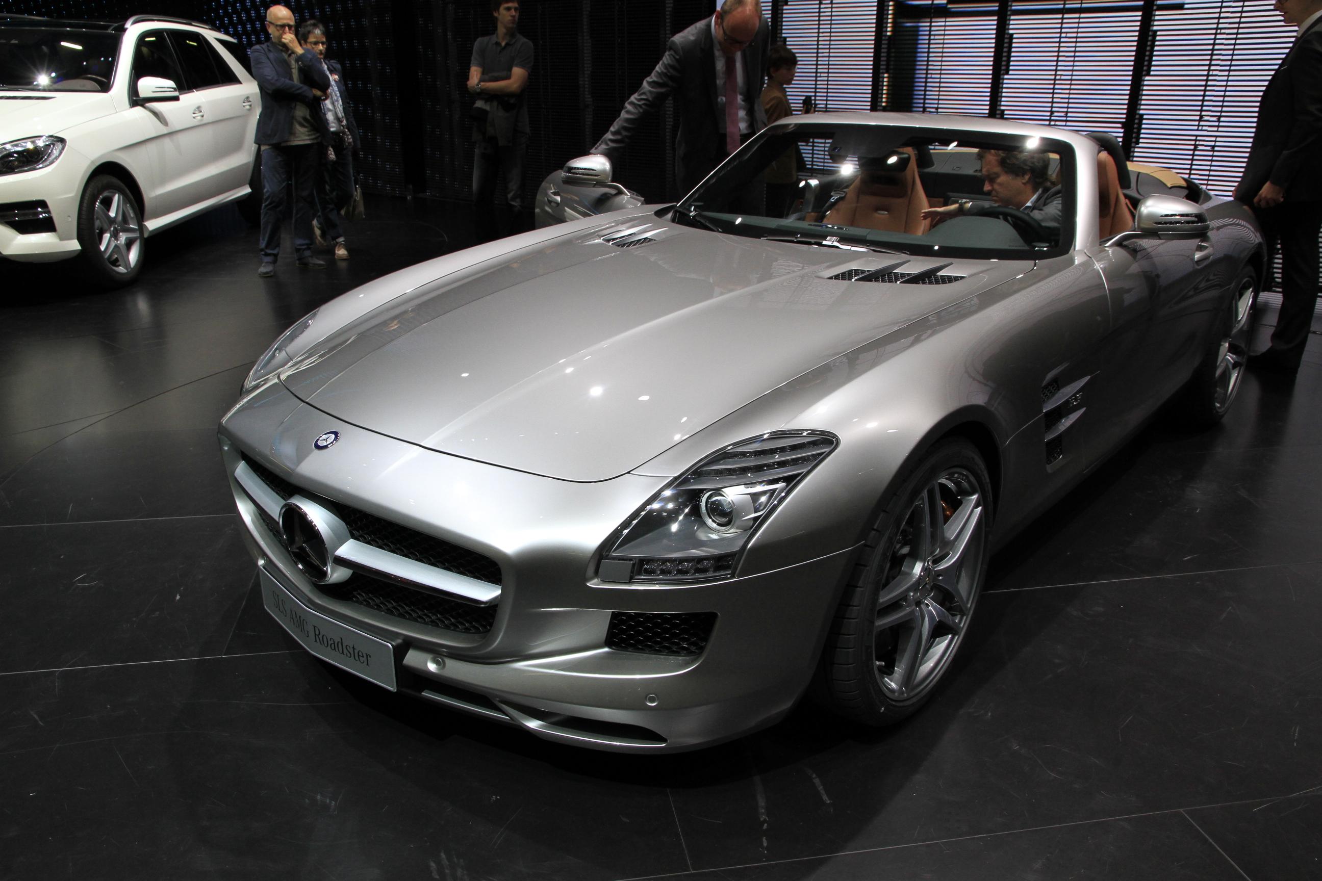 http://images.caradisiac.com/images/2/5/3/4/72534/S0-En-direct-du-salon-de-Francfort-2011-Mercedes-SLS-AMG-Roadster-le-papillon-s-est-envole-238413.jpg
