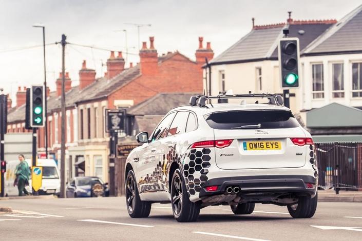 Jaguar développe une technologie pour anticiper les feux rouges