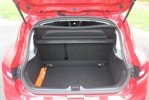 Le coffre de 300 litres permet de partir avec pas mal de bagages. La 208 est derrière (285 litres).
