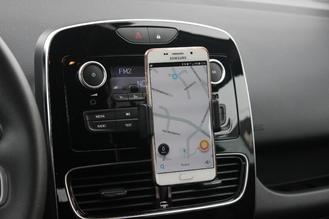 Smartphone en place, de nombreux boutons de réglage de la radio sont cachés et inaccessibles.