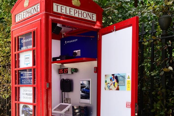 Peugeot ouvre une concession dans une cabine téléphonique
