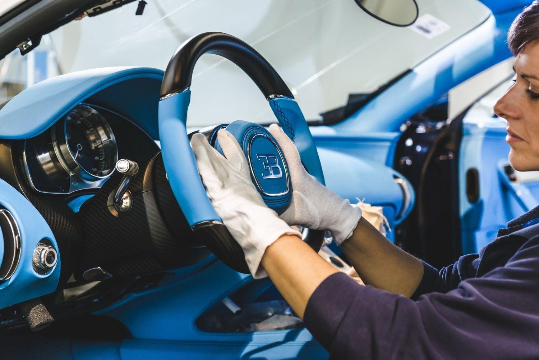 Bugatti chiron les coulisses de sa production en photos for Interieur bugatti chiron
