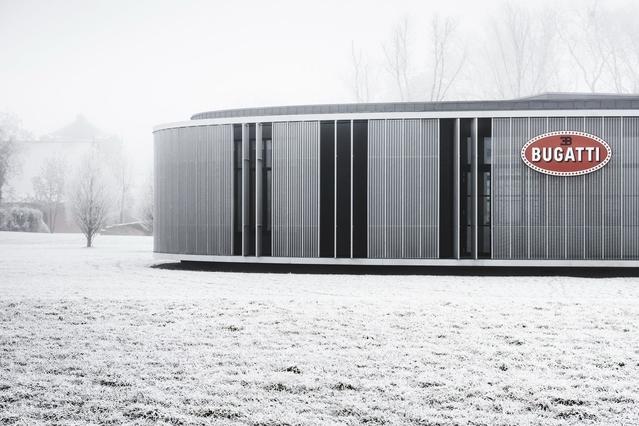 """Il n'est pas question pour Bugatti d'appeler son site de production une usine. La marque le nomme """"Atelier"""". Le bâtiment, en forme d'ovale en référence au logo du constructeur, s'étend sur plus de 1000m2."""