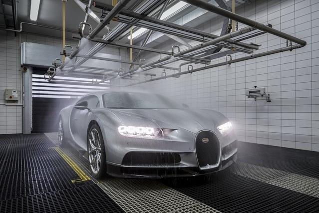 Étape importante: le test d'étanchéité. La voiture prend une douche d'une demi-heure, que Bugatti compare à une pluie de mousson.
