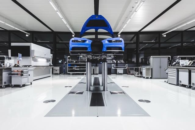 """Parmi les changements apportés à l'Atelier, un nouveau sol blanc brillant, qui donne selon la marque une """"atmosphère comparable à celle d'un podium d'une maison de mode"""". La Chiron, c'est la très haute couture automobile."""