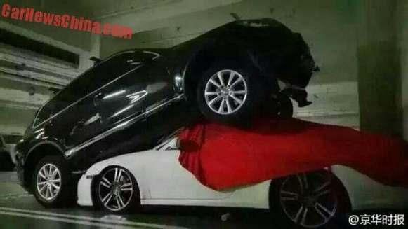 Crash : elle se trompe de pédale et écrase une Porsche 911 avec son SUV