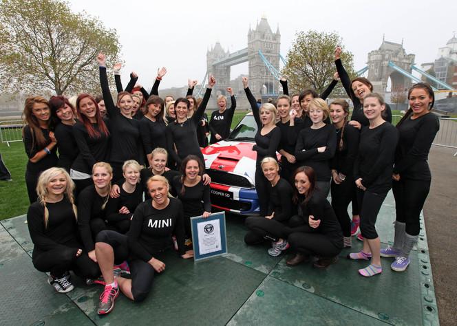 28 filles dans une Mini, c'est un record !