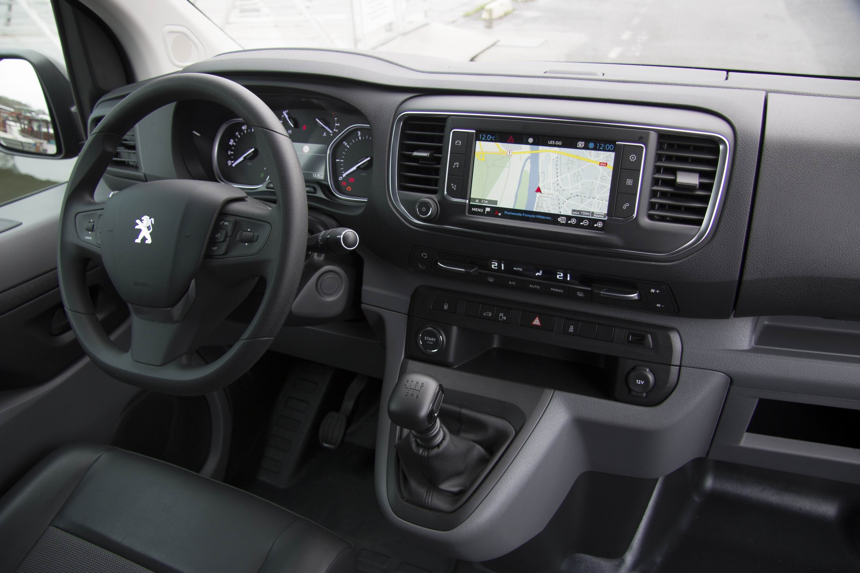 Essai peugeot expert un coup de ma tre for Interieur 807 8 places