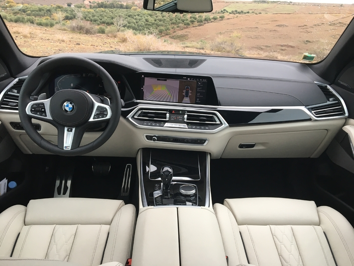 Le X5 inaugure le tout nouveau cockpit de BMW composé d'une instrumentation numérique et d'un écran de 12 pouces.