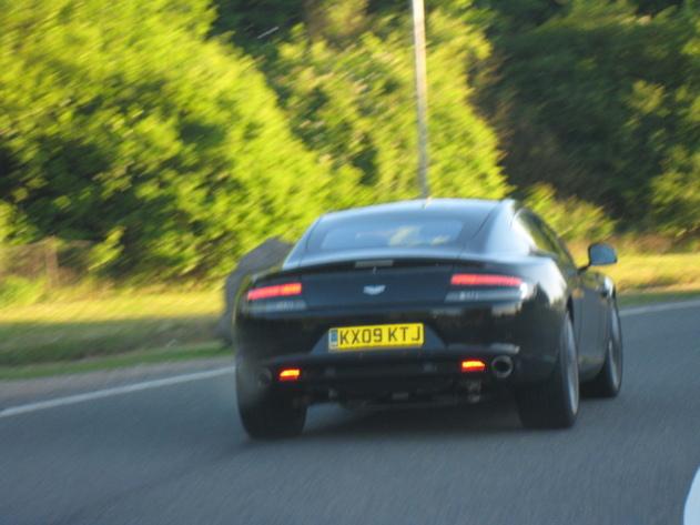 Future Aston Martin Rapide : nue dans la rue