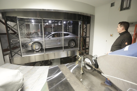 Ouragan Irma : à Miami, les voitures de luxe à l'abri dans la tour Porsche