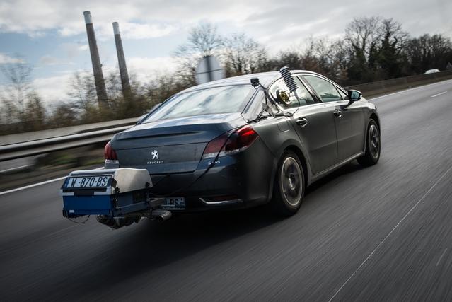 Une Peugeot 508 effectuant des mesures en conditions réelles.