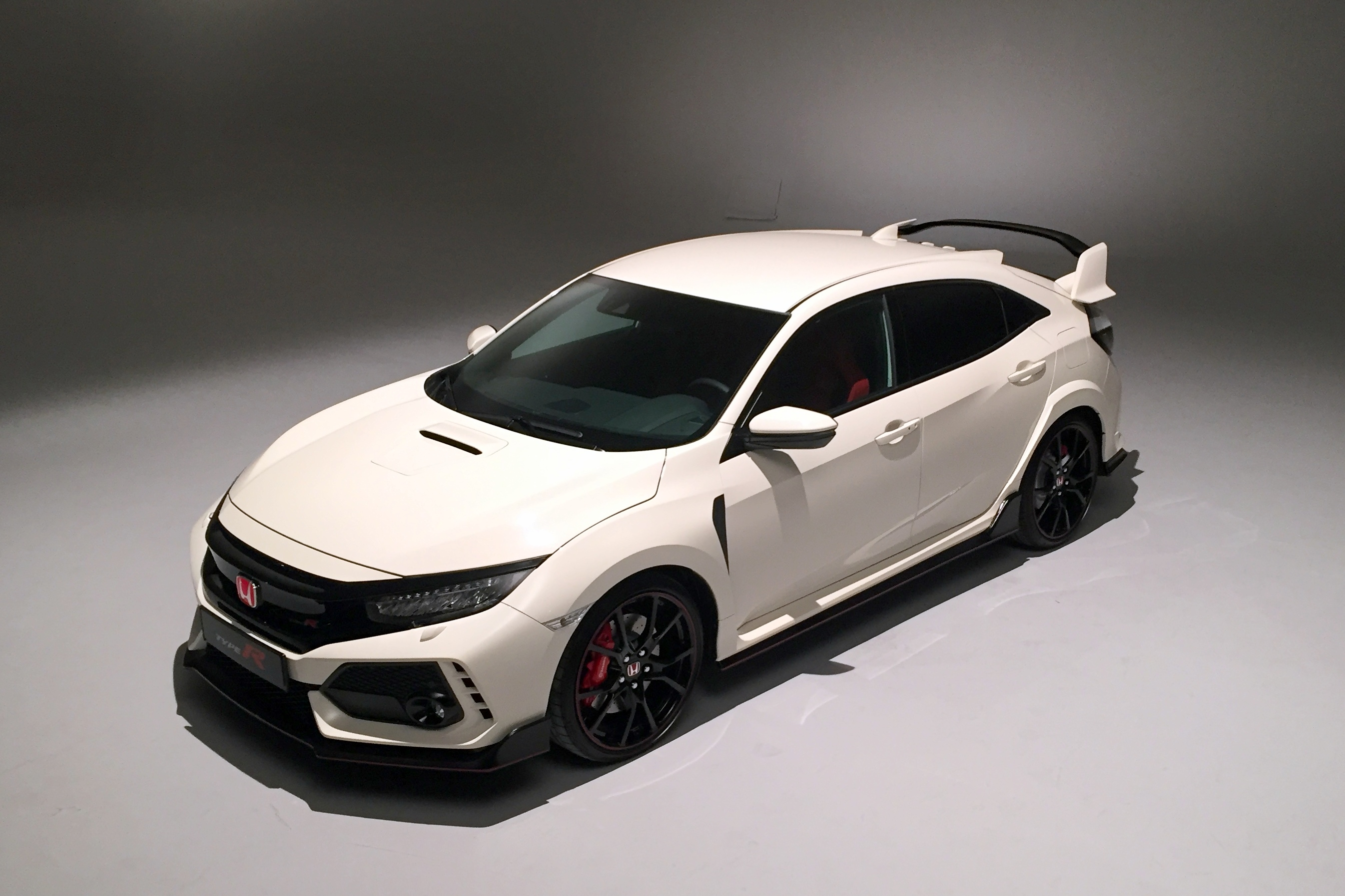 honda civic type r hot wheels vid o exclusive en direct du salon de gen ve 2017. Black Bedroom Furniture Sets. Home Design Ideas