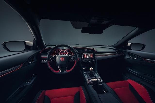 Excellente ergonomie pour le poste de conduite, qui profite d'une présentation sportive spécifique.