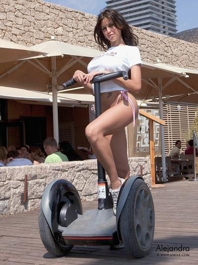 Moto & Sexy : Alejandra expérimente le Segway