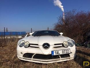 Insolite : une Mercedes SLR oubliée sur un terrain vague
