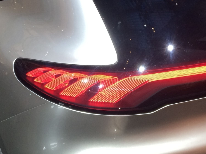 Un concept-car permet toutes les folies. La preuve avec cette très belle signature lumineuse vue sur le Mercedes EQ A, en forme de serpentin. Mieux, la bande est visuellement continue de part et d'autre de la voiture. Malheureusement, le passage à la série va condamner un tel détail.
