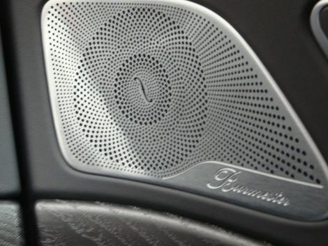 Sur les grandes Mercedes, le système audio haut de gamme est signé du spécialiste allemand Burmester. Sur les portes, comme ici avec la Classe S restylée, on trouve ces superbes habillages.